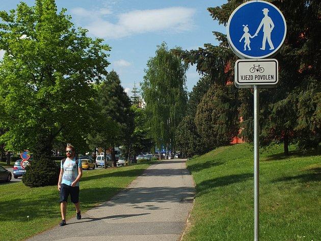 Při jízdě po chodníku v Dolní ulici se už cyklisté pokuty obávat nemusejí.