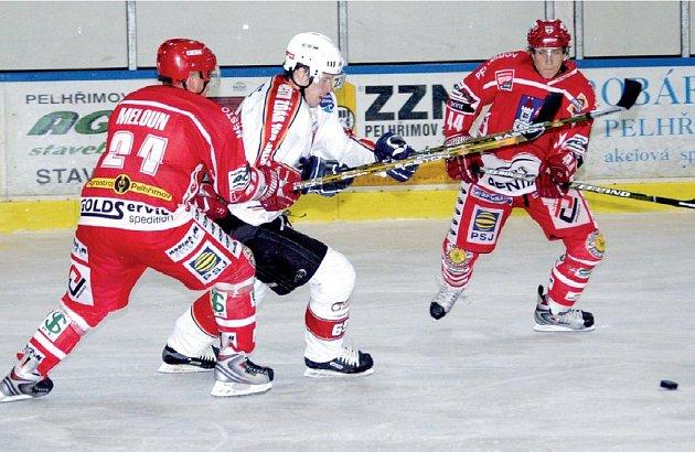 Hokejisté Pelhřimova (v červených dresech) a Žďáru nad Sázavou se budou znovu potkávat ve druhé lize. Letní přípravné souboje vyšly lépe Spartaku, který zvítězil 6:1 a 4:3.
