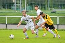 Divizní krajské derby mezi fotbalisty Žďáru nad Sázavou (v bílém) a Ždírce nad Doubravou (ve žlutočerném) rozhodla až závěrečná čtvrthodina. Žďár vyhrál 2:0.