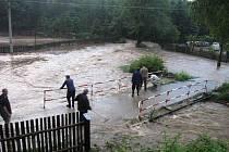 Lidé na mostě v Kadově sledují řádící Fryšávku.