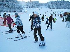 Na Harusův kopec se vydaly o víkendu stovky lyžařů i snowboardistů. V sobotu se kromě něj lyžovalo na Žďársku už jen v Jimramově.