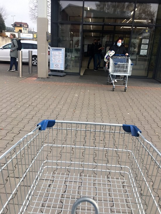 Lidé na Žďársku se koronavirové pandemii a vládním opatřením dokonale přizpůsobili. Panice nepodléhají, obchody jsou poloprázdné.