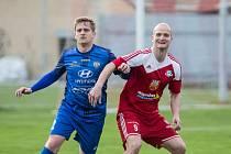 Během jednoho týdne zařídil Pavel Simr (v červeném) Velkému Meziříčí třemi vstřelenými góly šest bodů.