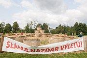 Bludiště ze slámy z autorské dílny sochaře a malíře Michala Olšiaka je nově postavené na Farských humnech ve Žďáře nad Sázavou.