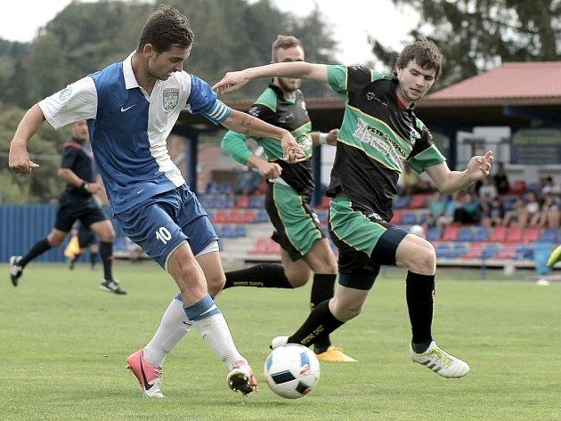 Fotbalisté Polné (u míče kapitán Jan Urbánek) na domácím hřišti remizovali se Bzencem, vyrovnávací gól si hosté vstřelili sami.