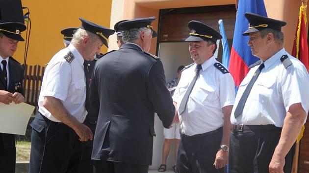 Hasič František Pohanka (na snímku druhý zprava) získal na oslavách 120. výročí založení Sboru dobrovolných hasičů Nová Ves u Nového Města na Moravě titul Čestný starosta sboru.