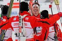 Týmoví kolegové vítají v cíli vítězného Svendsena.