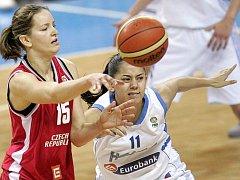 Tým Evy Vítečkové (vlevo) začal přípravu na začátku srpna. Až včera ale odchovankyně žďárského basketbalu poprvé dostala do ruky míč. Přednost měla kondiční příprava.