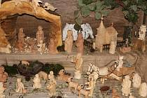 Marie Jůdová se začala vyřezávání věnovat teprve nedávno. Letos svůj dřevěný betlém vystavuje v kapli v Hlinném už podruhé, rozrostl se o třicet figurek.
