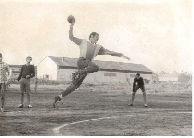První zápasy probíhaly vNovém Veselí na škvárovém hřišti za sokolovnou. Na snímku je vakci zakladatel novoveselské házené Dr. Josef Smékal.