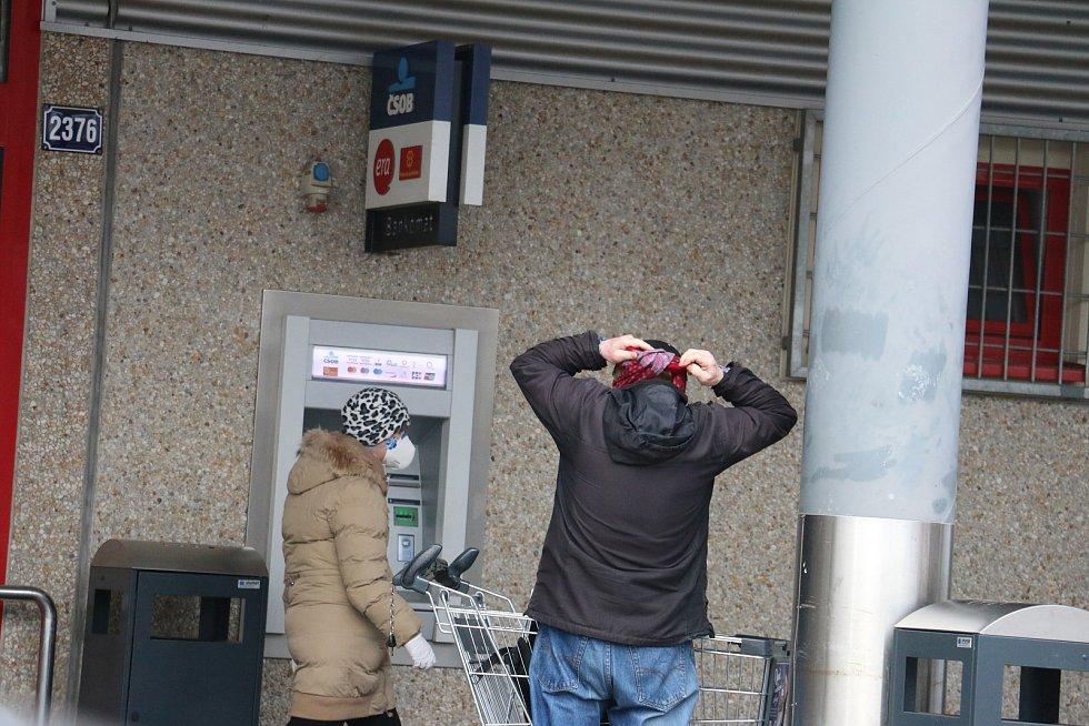 Lidé ve Žďáře začali nosit ochranné roušky.