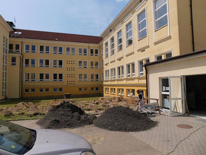 Na školním dvoře se nyní buduje.