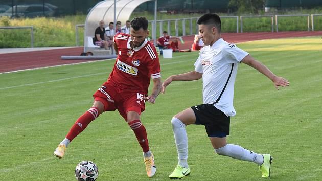 V letošním ročníku českého poháru MOL Cupu došli fotbalisté Velkého Meziříčí (v červeném Robin Demeter) do druhého kola. V něm byla nad jejich síly Opava.