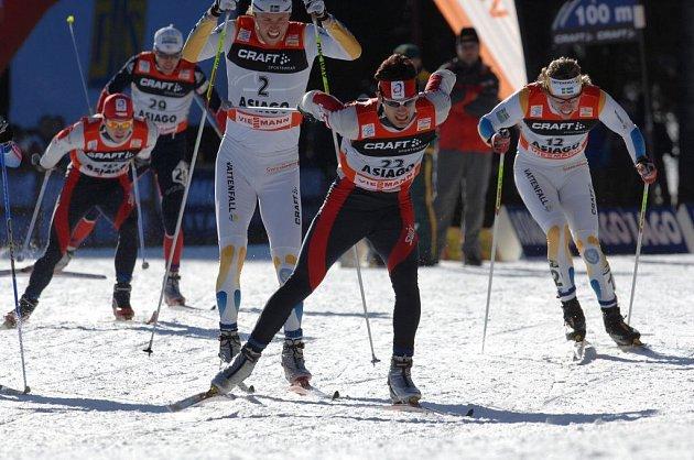 Loňská tour - Dušan Kožíšek (v čele) při sprintu v Asiagu.