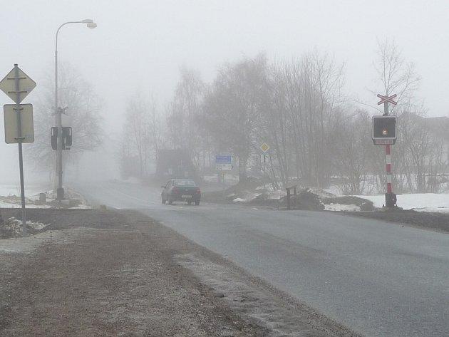 Od autobusové zastávky nad nemocnicí v Novém Městě na Moravě budou moci jít lidé k nemocnici po chodníku. Vybuduje ho letos město. Teď vede chodník jen k železničnímu přejezdu, dál musí lidé jít po silnici.