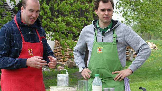 Kuchaři Filip Sajler a Ondřej Slanina přijeli se svým kulinářským pořadem Kluci v akci vařit do Žďárských vrchů. A to přímo pod slavnou Lukasovu Zpívající lípu v Telecím.