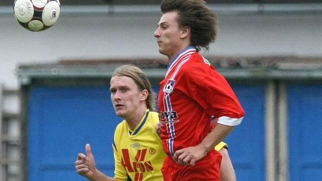 Fotbalisté Velkého Meziříčí (v červeném dresu Lukáš Berka) si v rozlučce s letošní sezonou zastříleli. Odneslo to Blansko.