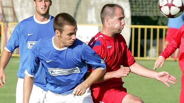 Třebíčští fotbalisté (v červeném vlevo Michal Pacholík) se v premiéře před domácím publikem nedokázali proměňovat své šance, a proto s Konicí pouze remizovali 2:2.