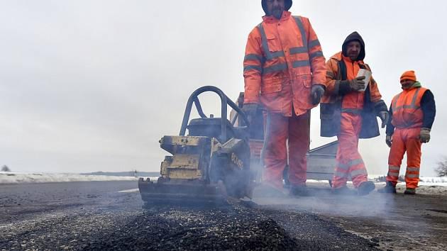 Na silnicích Vysočiny přibývají kvůli tuhé zimě výtluky. Nejvíc je to znát na hlavních solených tazích; část vedlejších silnic stále pokrývá zledovatělý sníh. Silničáři zatím studenou asfaltovou směsí spravují nejhorší místa.