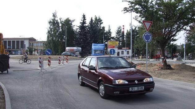 Kruhová křižovatka u vlakového a autobusového nádraží ve Žďáře nad Sázavou bude dokončena v září.