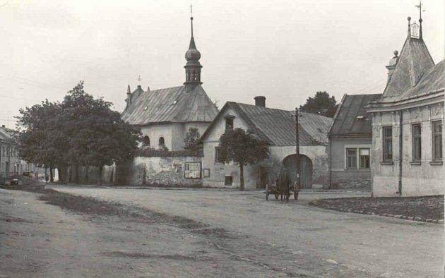 Horní ulice začátkem třicátých let 20. století. Vpravo od kostela nejsvětější Trojice je městský chudobinec a zcela vpravo hostinec Convent.