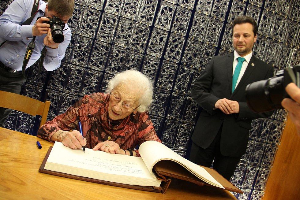 Jaroslava Doležalová se také podepsala do kroniky Žďáru nad Sázavou.
