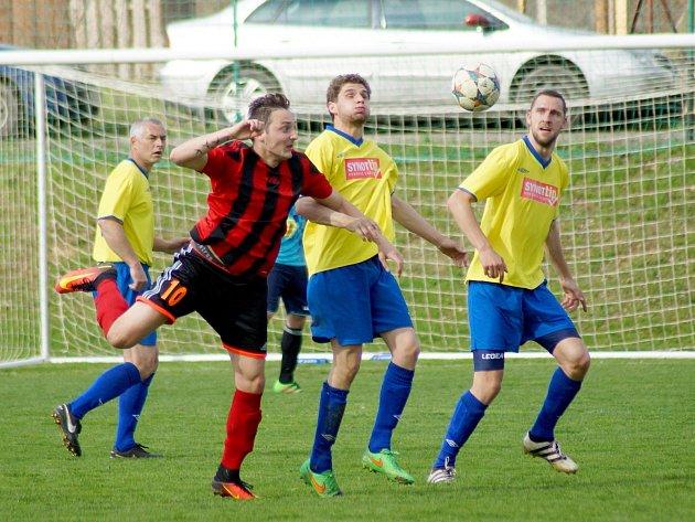 Zápas 16. kola východní skupiny I. B třídy mezi domácím Moravcem (v pruhovaném) a béčkem Velké Bíteše vyzněl pro svěřence trenéra Lukáše Broži. Jediný gól utkání přitom padl už ve 3. minutě.
