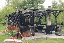 Zahradní pergolu, která lehla popelem ve Vojnově Městci, hasily čtyři hasičské jednotky.