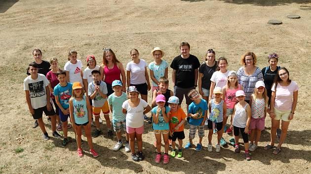 Účastníci letošního tábora pro popálené děti, sourozence popálených dětí a dětí popálených rodičů.