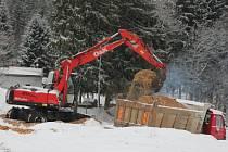 Zakrývání zásobníku na sníh v Novém Městě.