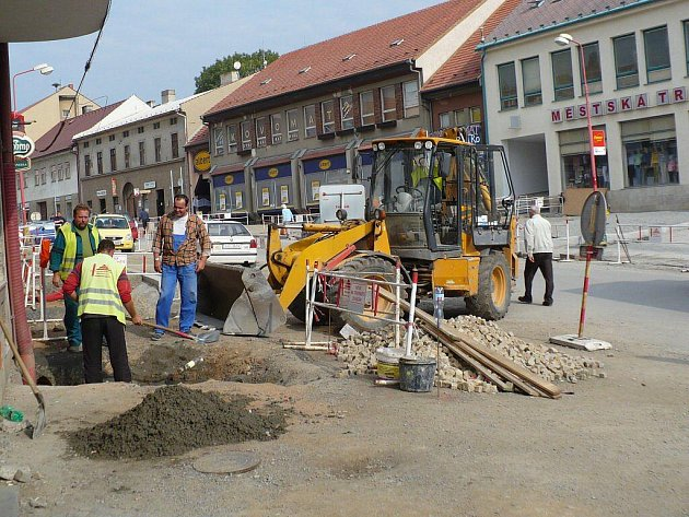 """Do dvou týdnů by mělo bystřické Masarykovo náměstí """"patřit"""" už jenom pracujícím dělníkům. Hlavní komunikace sice zůstane průjezdná, ale odstavená auta budou vytěsněna na nové parkoviště pod poliklinikou."""