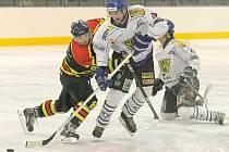 Hokejisté Velkého Meziříčí (v bílém) se dopustili proti Uherskému Ostrohu šesti faulů. Hosté čtyři přesilovky využili a odvezli si všechny body za výhru 7:3.