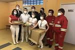 Novoměstští zdravotníci si převzali deset krabic plných dobrot.