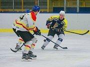 Hokejisté Velké Bíteše (v modrém) jedou v posledních týdnech na vítězné vlně. Po sobotním domácím vítězství 7:4 proti Kroměříži se svěřenci trenéra Zdeňka Pirochty v tabulce posunuli už na třetí místo.