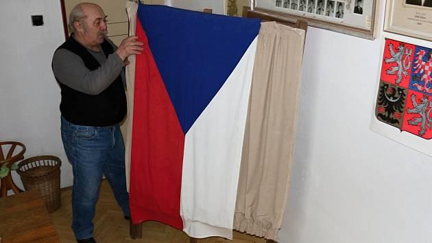 Miroslav Lukeš už deset let připravuje volební místnost.
