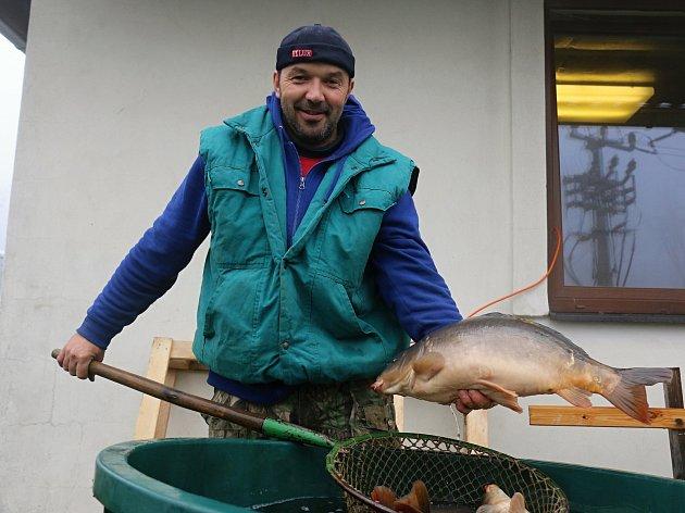 OBRAZEM: Rybáři ve Studnicích prodávali předvánoční kapry