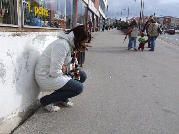 Figurantka. Fotografování bylo dopředu naaranžováno tak, aby neovlivnilo průběh testu.