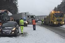 Při hromadné havárii na dálnici D1 se 14. ledna před polednem na 127. kilometru směrem na Brno postupně srazilo deset vozidel. Jde o autobus, dvě dodávky, jeden nákladní vůz a šest osobních automobilů.