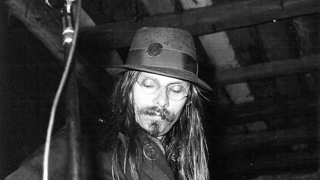 Máničky s dlouhými vlasy a absurdními texty písní uspořádaly v osmdesátých letech řadu ilegálních vystoupení a prošly klasickým totalitním šikanováním.