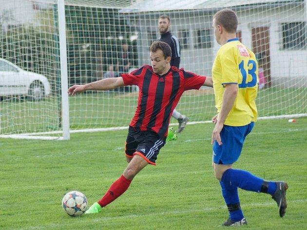 První jarní ztráta přišla pro fotbalisty Moravce (v červenočerném) v nedělním derby na hřišti Radešínské Svratky. Jeho ztráta na vedoucí duo tabulky tak narostla.