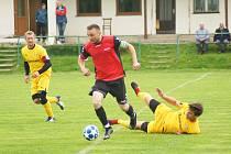 Fotbalisté Bobrové (ve žlutém) v neděli nasázeli rezervě Nové Vsi (v červených dresech) sedm branek.