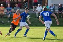 S nečekaným výpraskem 0:5 se fotbalisté Nové Vsi (v modrých dresech) v neděli vraceli ze hřiště Speřic.