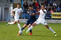 V posledních utkáních se střelecká opora fotbalistů Nového Města na Moravě, útočník Tomáš Duba (v modrém), gólově vůbec neprosadil.