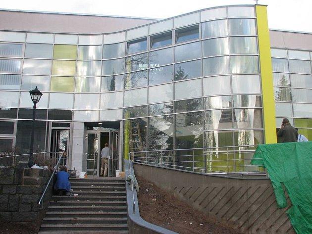 Novoměstský kulturní dům při poslední fázi opravy pláště.