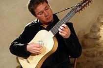 Kytarový virtuos Cristian Gutiérrez. Ve čtvrtek bude hrát ve žďárském kostele svatého Jana nepomuckého na Zelené hoře.