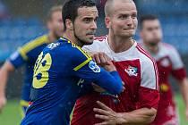 Kvůli karetnímu trestu o víkendu chyběl útočník Pavel Simr (v červeném) fotbalistům Velkého Meziříčí.