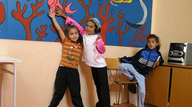 Součástí centra je také společenská místnost, kde se děti mohou setkávat a bavit podle svého.