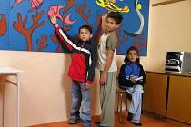 Centrum navštěvují mladí Romové.