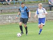 Zatímco fotbalisté béčka Vrchoviny (v bílém dresu Radek Blažíček) doma zdolali Jaroměřice 5:1, Herálec (v černo-modrém) s Humpolcem B  jen remizoval 1:1.
