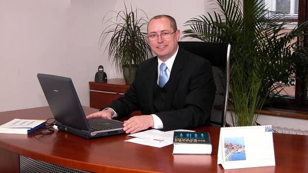 EUROPOSLANEC. Ivo Strejček svoje majetkové poměry zvěřejnil již v minulém roce, a to prostřednictvím svých webových stránek.  Přiznal leasing osobního vozu.